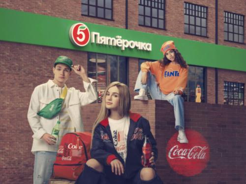 L'insegna russa Pyaterochka (X5 Group) collabora con Coca-Cola per una linea di abbigliamento